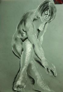 Sitzende-von-den-Fu En-uas-Beine-u Berkreuzt-rechten-Arm-nach-vorn-streckend-207x300 in weibliche Figur